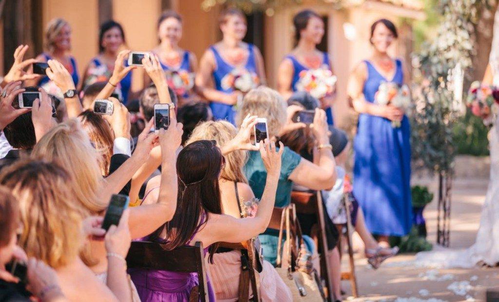 """<span class=""""hidepagetitles_toggle_title"""">Angajam un fotograf profesionist la nunta sau facem poze cu telefonul?</span>"""